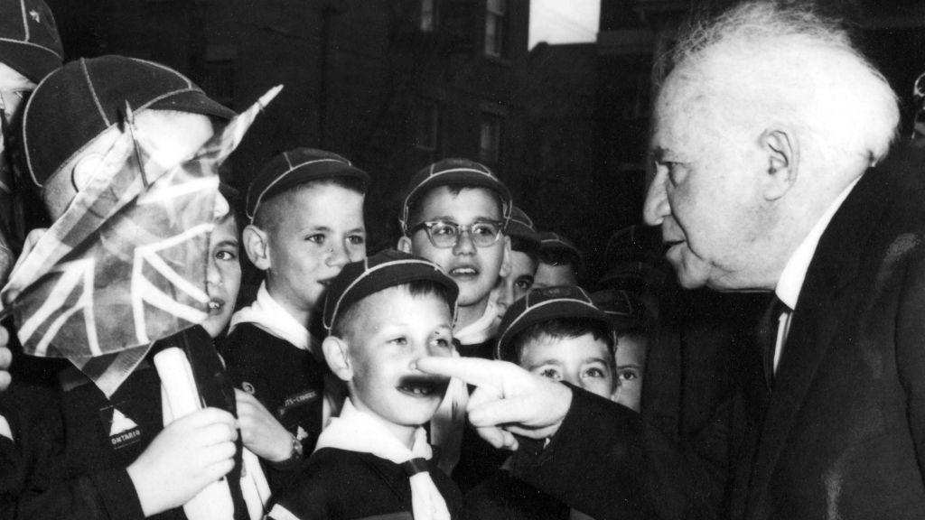 Le Premier ministre David Ben Gurion d'Israël se réunit avec la jeunesse juive Ottawa en mai 1961 (Crédit : Archives juives d'Ottawa)