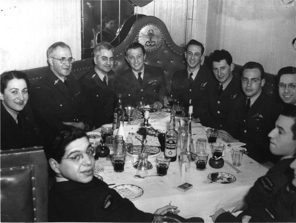 Un Seder de Pessah, hébergé par le service de l'aumônerie juive de l'Armée canadienne pendant la Seconde Guerre mondiale (Crédit : Canadian Jewish Congress Charities Committee National Archives)
