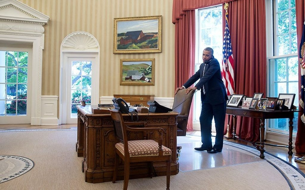 Le président américain Barack Obama au téléphone dans le bureau ovale le 25 juillet 2014 (Crédit : Pete Souza / Maison Blanche)