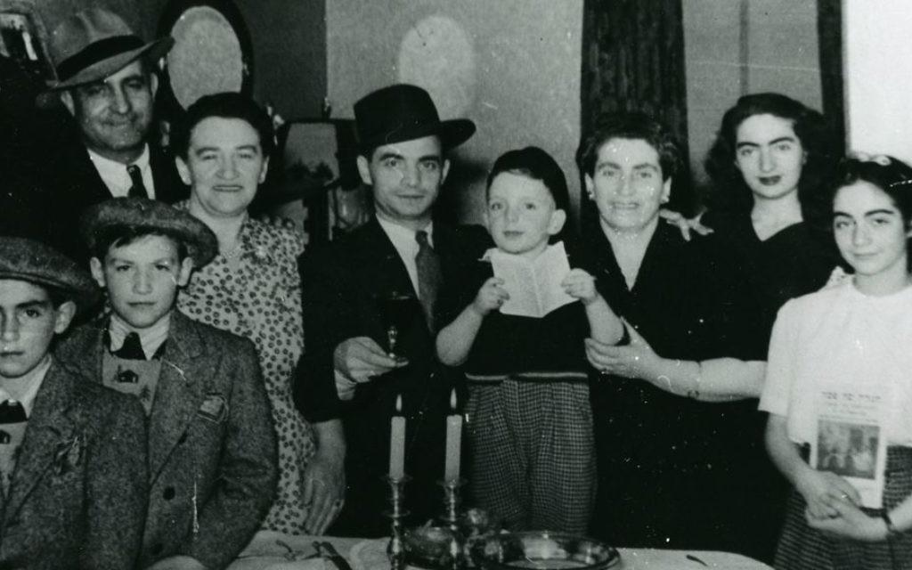 Les familles Switzer et Zysblat célèbrent la Pâque à Calgary en  1944 (Crédit : Société historique juive du sud de l'Alberta)