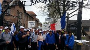 Les VIP de la délégation française ; le grand rabbin de Moselle Bruno Fiszon, tient le drapeau (crédit : N.K.)