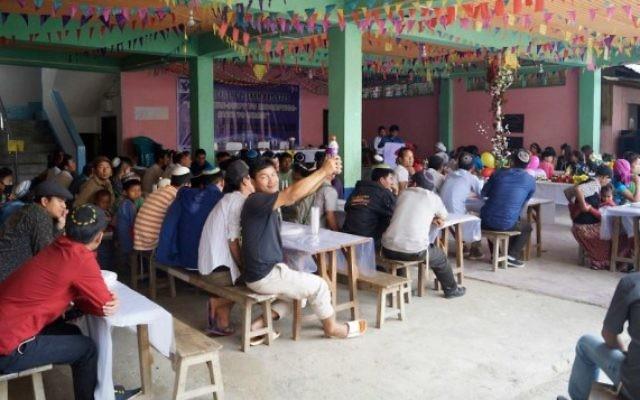 Des centaines de membres de la communauté des Bnei Menashe, lors d'un seder de Pessah à Churachandpur, dans l'état indien de Manipur, le 31 mars 2015. (Crédit : Jonathan Haukip / Shavei Israël)