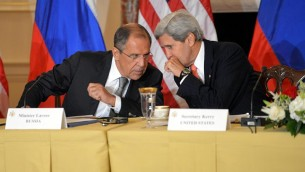 Serguei Lavrov et John Kerrry (d) à Washington, D.C en août 2013 (Crédit : [State Department photo/ Public Domain)