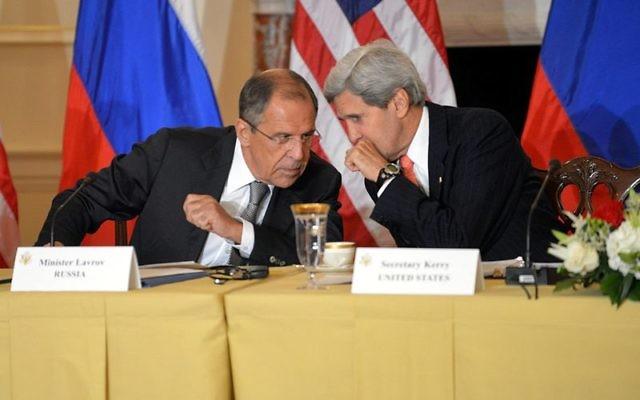 Serguei Lavrov, ministre russe des Affaires étrangères, à gauche, et son homologue américain John Kerrry à Washington, D.C, en août 2013. (Crédit : département d'Etat américain/Domaine public)