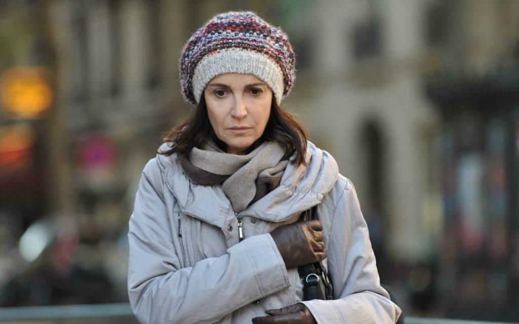 """L'actrice française Zabou Breitman jouant Ruth Halimi dans de """"24 jours"""" (Crédit : Autorisation Films Menemsha)"""