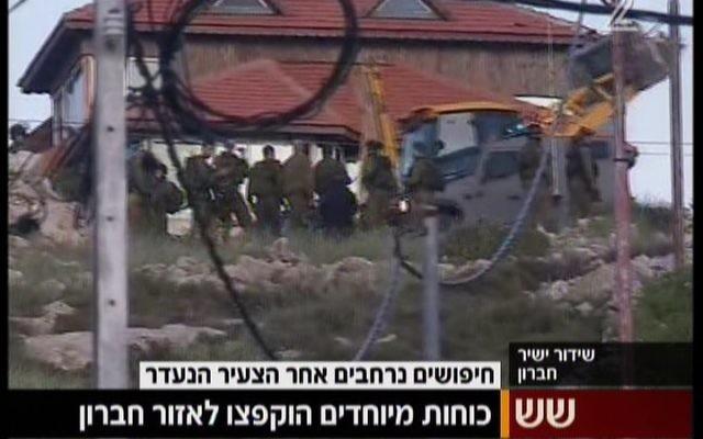 Les soldats de Tsahal à l'extérieur du village cisjordanien de Beit Anun, près d'Hébron, à la recherche d'un Israélien qui a disparu le 2 avril 2015 (Crédit : Capture d'écran Deuxième chaîne)