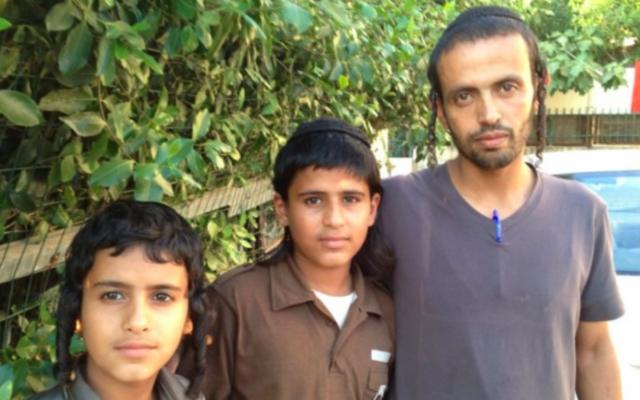 Yahya Zandani (à droite), pose avec deux de ses frères à Rehovot après les funérailles de leur père Aharon, le 27 Juin 2012 Crédit : Elhanan Miller / Times of Israël)