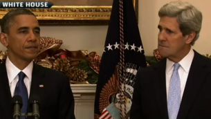 Barack Obama et John Kerry en 2012 (Crédit : capture d'écran YouTube)
