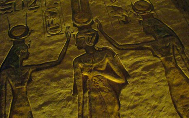 Illustration d'écritures égyptiennes (Crédit : CC BY, Dale Gillard, Flickr)