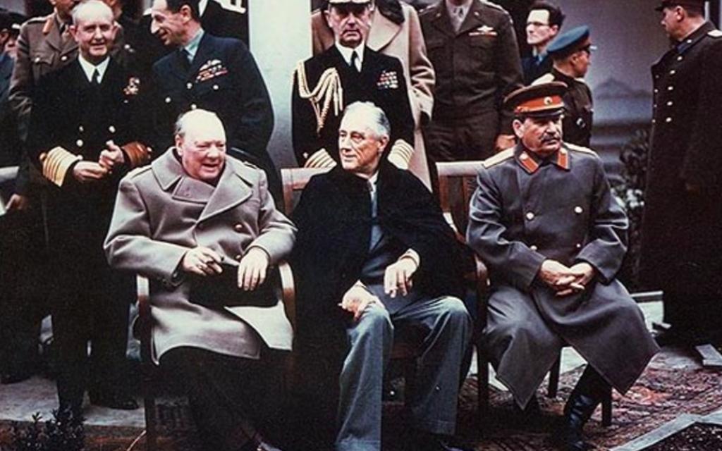 Winston Churchill, Franklin Delano Roosevelt et Joseph Staline à la conférence de Yalta - 1er février 1945 (Crédit : domaine public)