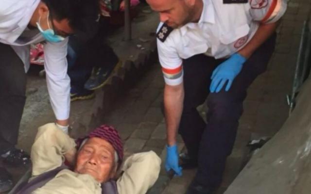Ravit Martinez et Ilan Klein, les ambulanciers du Magen David Adom, aident les blessés à Katmandou, le 25 avril 2015. (Crédit autorisation  MDA)