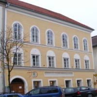 La maison natale d'Adolf Hitler à Braunau-am-Inn, en Autriche, près de la frontière allemande. (Crédit : CC BY-SA 3.0/Mattes)