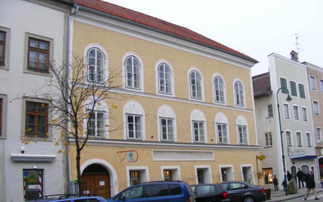 La maison natale d'Hitler à Braunau-am-Inn, en Autriche, près de la frontière allemande. (Crédit : CC BY-SA 3.0/Mattes)