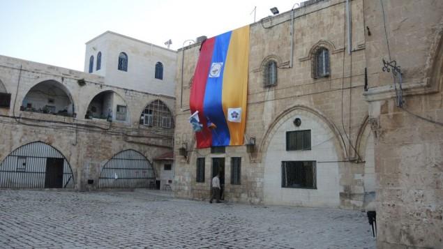 Un drapeau géant suspendu dans le quartier arménien avant les commémorations du 100e anniversaire dans la Vieille Ville de Jérusalem (Crédit : Melanie Lidman / Times of Israël)
