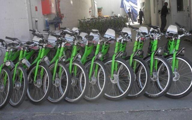Une rangée de vélos Tel O fun - (Crédit : Melanie Lidman / Times of Israël)