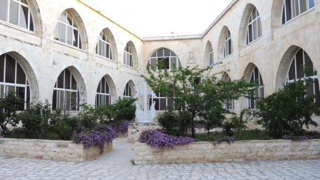 Des mysostis, le symbole du 100e anniversaire du génocide arménien, dans une cour du monastère dans la vieille ville de Jérusalem (Crédit : Melanie Lidman / Times of Israël)
