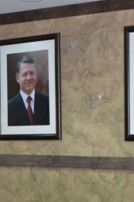 Portraits des dirigeants jordaniens (Crédit :  Avi Lewis / Times of Israel)