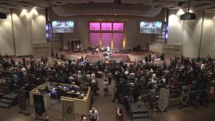 La congrégation El Shaddai du pasteur Mark Biltz à Washington lors d'une pause de la prière (Crédit : Autorisation)