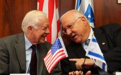 L'ancien président américain Jimmy Carter rencontre Reuven Rivlin, alors président de la Knesset, à la Knesset, le 15 juin 2009 (Crédit : Kobi Gideon / FLASH90)