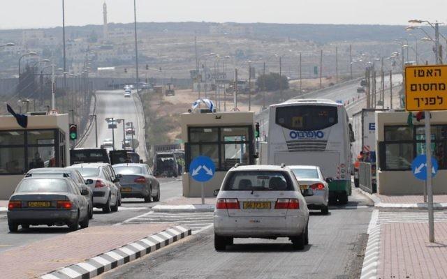 Des voitures israéliennes passent par un point de contrôle sur la route 443, en Cisjordanie. (Crédit : Gili Yaari/Flash90)