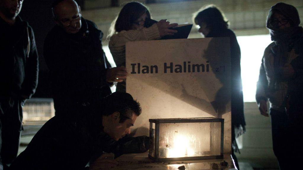 La Famille et les amis assistent à une cérémonie commémorative sur la tombe d(Ilan Halimi, au cimetière de Givat Shaul à Jérusalem mle 13 février 2013 (Crédit : Tali Mayer / Flash90)