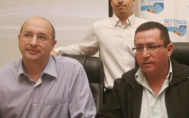 Le président du syndicat Histadrut,  Avi Nissenkorn (à gauche), avec Ofer Eini, l'ancien président du syndicat (à droite), le 17 décembre 2013 (Crédit : Roni Schutzer / FLASH90)