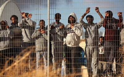 Des migrants africains devant le centre de détention de Holot, le 17 février 2014. (Crédit : Flash90)
