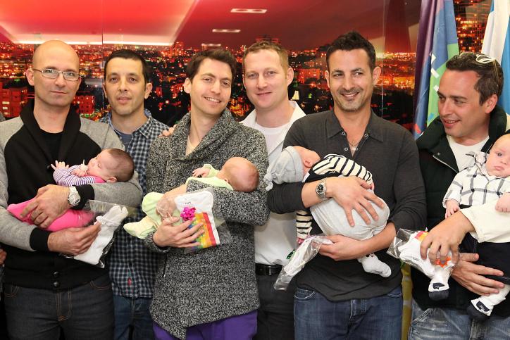Une réception de bienvenue organisée pour les pères gays revenant de la Thaïlande, où des femmes porteuses ont donné naissance à leurs bébés, le 20 février 2014 (Crédit : Gideon Markowicz / FLASH90)