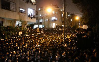 Des milliers de personnes ont assisté aux funérailles de Rabbi Shmuel Wosner le 4 avril 2015 à Bnei Brak. (Crédit : Flash90)
