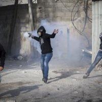 De jeunes Palestiniens jettent des pierres lors d'affrontements avec la police des frontières israélienne dans le camp de réfugiés de Shuafat, à Jérusalem, après les prières du vendredi 7 novembre 2014. (Crédit : Yonatan Sindel / Flash90)