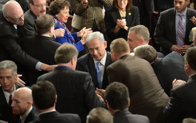 Le Premier ministre Benjamin Netanyahu avec des membres du Congrès américain avant son discours devant les deux chambres  à Washington, le 3 mars 2015. (Crédit : Amos Ben Gershom/GPO)
