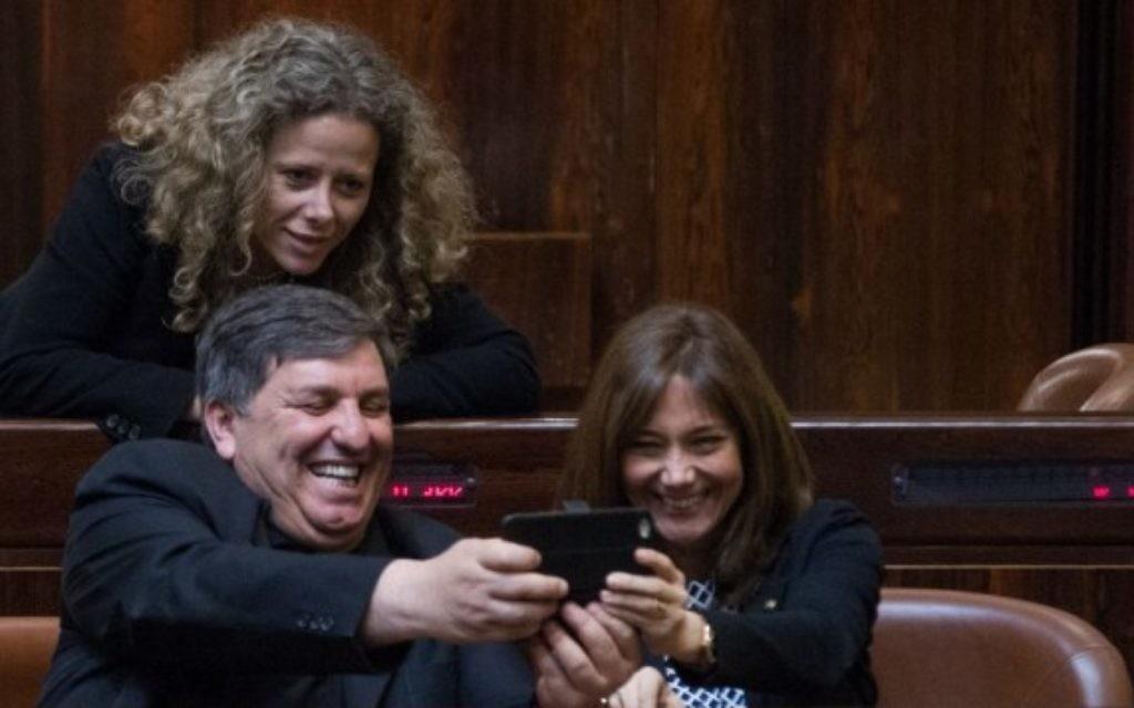 Les nouveaux députés Dani Atar (à gauche), Revital Swid et Ayelet Nachmias Verbin de l'Union sioniste, à la Knesset, le 29 mars 2015 (Crédit : Miriam Alster / FLASH90)