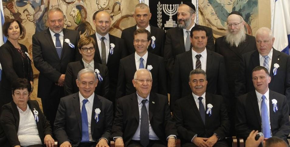 Le Premier ministre Benjamin Netanyahu et le président Reuven Rivlin avec les chefs de tous les partis politiques israéliens pour la séance d'inauguration de la 20e Knesset, le 31 mars 2015. (Crédit : Miriam Alster/Flash90)