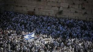 Des fidèles au mur Occidental lors de la prière des Cohanim (Crédit : Hadas Paruch/Flash 90)
