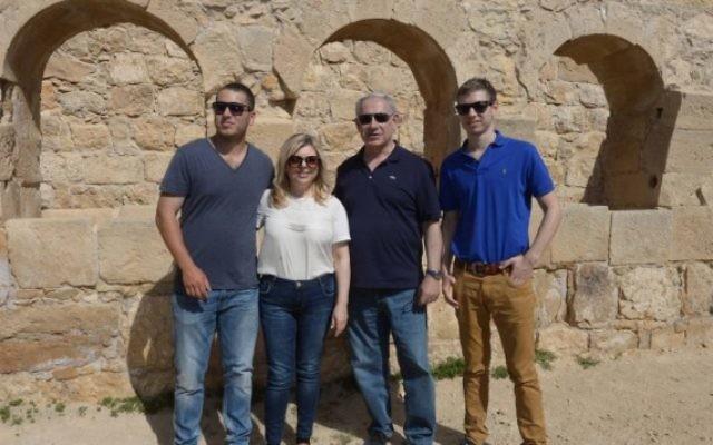 Benjamin Netanyahu, sa femme, Sara, et leurs deux fils, Yair et Avner,  dans le désert du Néguev en avril 2015 (Crédit photo: Amos Ben Gershom/GPO)