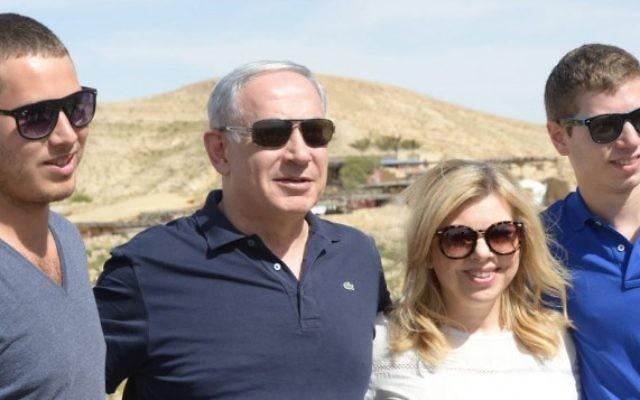 Benjamin Netanyahu, sa femme, Sara, et leurs deux fils, Yair et Avner, ont fait une randonnée dans le désert du Néguev pour Pessah (Crédit : Amos Ben Gershom/GPO)