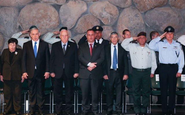 """Le Premier ministre israélien Benjamin Netanyahu (3g), président de la Cour suprême Miriam Naor (2g), le président israélien Reuven Rivlin (4g) et membre du parlement du Travail Hilik Bar (C), le chef de la police Yohanan Danino (d) et le chef de l'armée Gadi Eizenkot (2d) assistent à une cérémonie au """"hall du Souvenir"""" au musée du mémorial de Yad Vashem à Jérusalem - 16 avril 2015. (Crédit :  Hadas Parush / Flash90"""