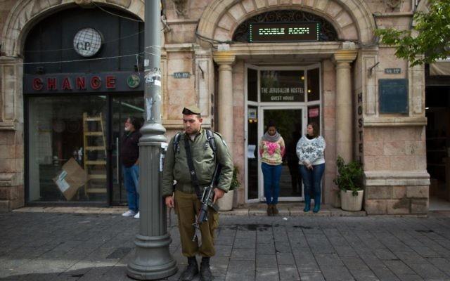 Un soldat  Jérusale pendant les minutes de silence pour Yom HaShoah - 16 avril 2015 (Crédit : Flash 90)