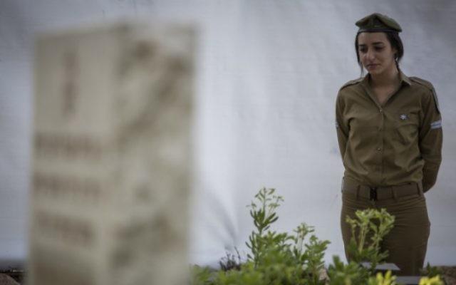 Une soldate israélienne à la cérémonie de Yom HaZikaron - 21 avril 2015 (Crédit : Flash 90)