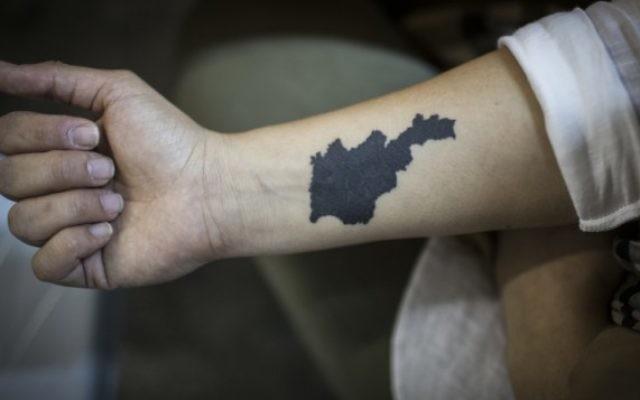 Un jeune Arménien montre son bras tatoué avec la carte d'Arménie, le 12 avril 2015 (Crédit : Hadas Parush / Flash90)