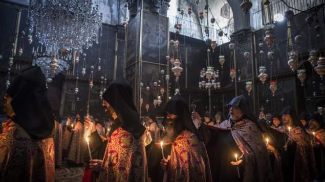 Des prêtres arméniens priant le dimanche de Pâques  à l'église arménienne Saint-Jacques dans le quartier arménien de la Vieille Ville de Jérusalem, le 12 avril 2015 (Crédit :Hadas Parush / Flash90)