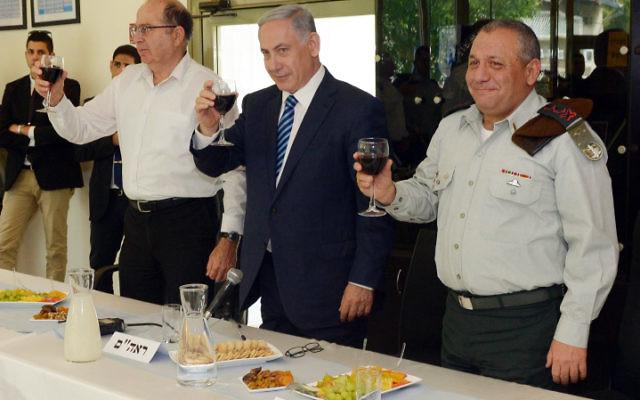 Le Premier ministre Benjamin Netanyahu avec le ministre de la Défense Moshe Yaalon et le chef d'état-major Gadi Eizenkot (à droite), le 20 avril 2015 (Crédit : Photo par Haim Zach / GPO)