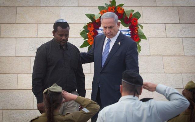 """Benjamin Netanyahu et le père d'un des soldats tombés au combat déposent une couronne de fleurs le jour du Souvenir, à """"Yad LeBanim"""" à Jérusalem le 21 avril, 2015. (Crédit :  Miriam Alster / Flash90)"""