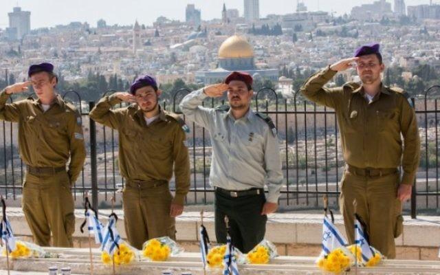 Des soldats israéliens à la cérémonie de Yom HaZikaron - 21 avril 2015 (Crédit : Flash 90)