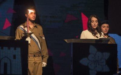 La journaliste arabe israélienne, Lucy Aharish, allume une torche lors de la cérémonie du Jour de l'Indépendance d'Israël, au mont Herzl, à Jérusalem, le 22 avril 2015. (Crédit : Hadas Parush / flash 90)