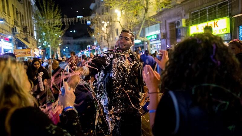 """Des Israéliens jouant avec de """"la neige en spray"""", dans les rues de Jérusalem alors qu'Israël célèbre son 67e Jour de l'Indépendance, le 22 avril 2015 (Crédit : Yonatan Sindel / Flash90)"""
