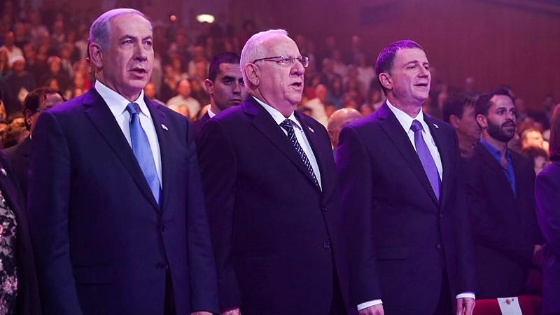 (De gauche à droite) Le Premier ministre Benjamin Netanyahu, le président Reuven Rivlin et le président de la Knesset Yuli Edelstein à la remise des prix d'Israël au à Jérusalem, le 23 avril 2015. (Crédit : Gili Yohanan / Flash90)