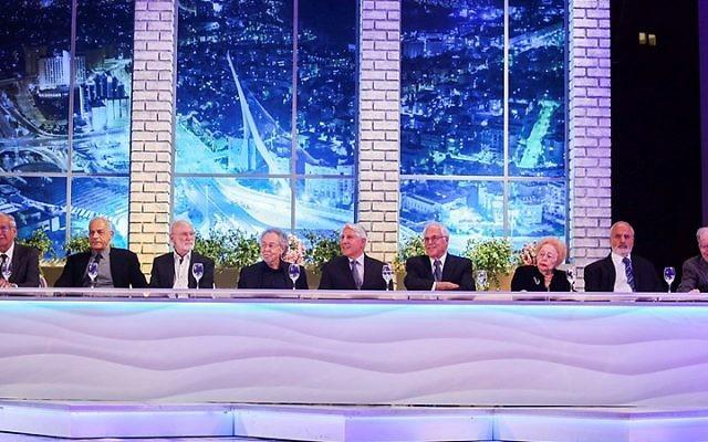 Les lauréats du prix Israël posent pour une photo lors de la remise des prix d'Israël au International Conference Center à Jérusalem, le 23 avril 2015 (Crédit : Gili Yohanan / Flash90)
