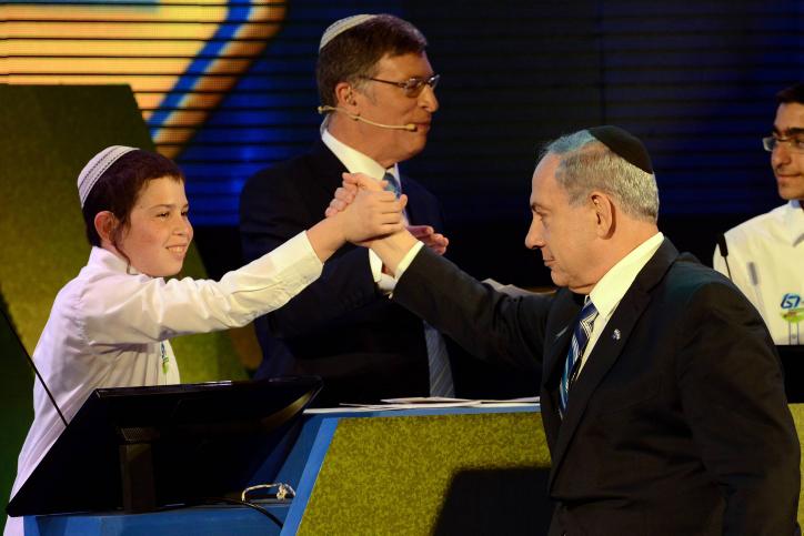 Eyal Matas, le gagnant du concours annuel de la Bible au Théâtre de Jérusalem le jour de l'Indépendance d'Israël, reçoit son prix des mains Premier ministre Benjamin Netanyahu, le 23 vril 2015 (Crédit : Haim Zach / GPO)