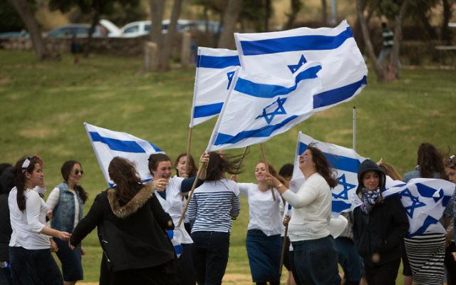 Des Israéliens célébrant le Jour de l'Indépendance d'Israël, à Jérusalem, le 23 avril 2015 (Crédit : Yonatan Sindel / Flash90)